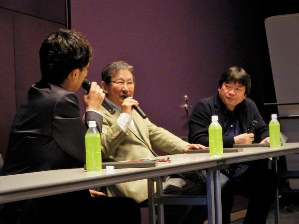 森谷さんの進行でトークは進む。中央:杉田成道監督、右:本広克行監督