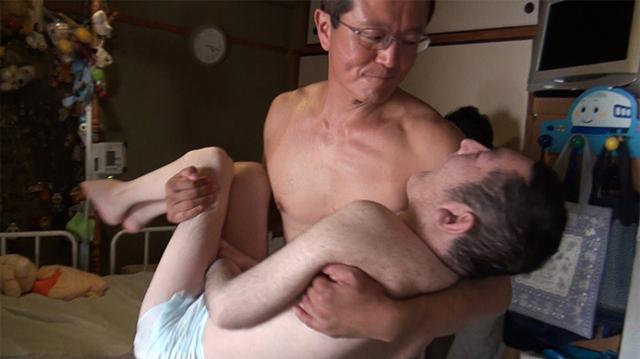 伊丹 しぇあーど代表 李国本修慈さん 小谷光佑さんの入浴介助中