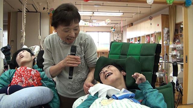 坂口えみ子さん(元副所長兼看護師長)と向島育雄さん